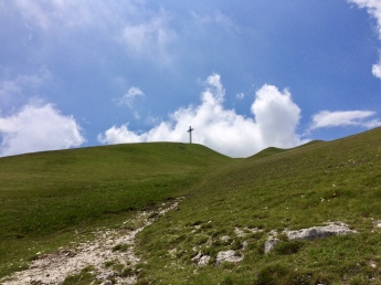 To the cross, the top of M. Catria