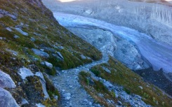Steep downhill path along the Glacier de Moiry